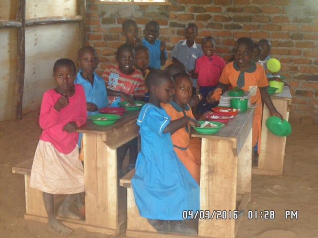 Barna får servert frokost og lunsj på skolen, hver dag. Foto: KWOP